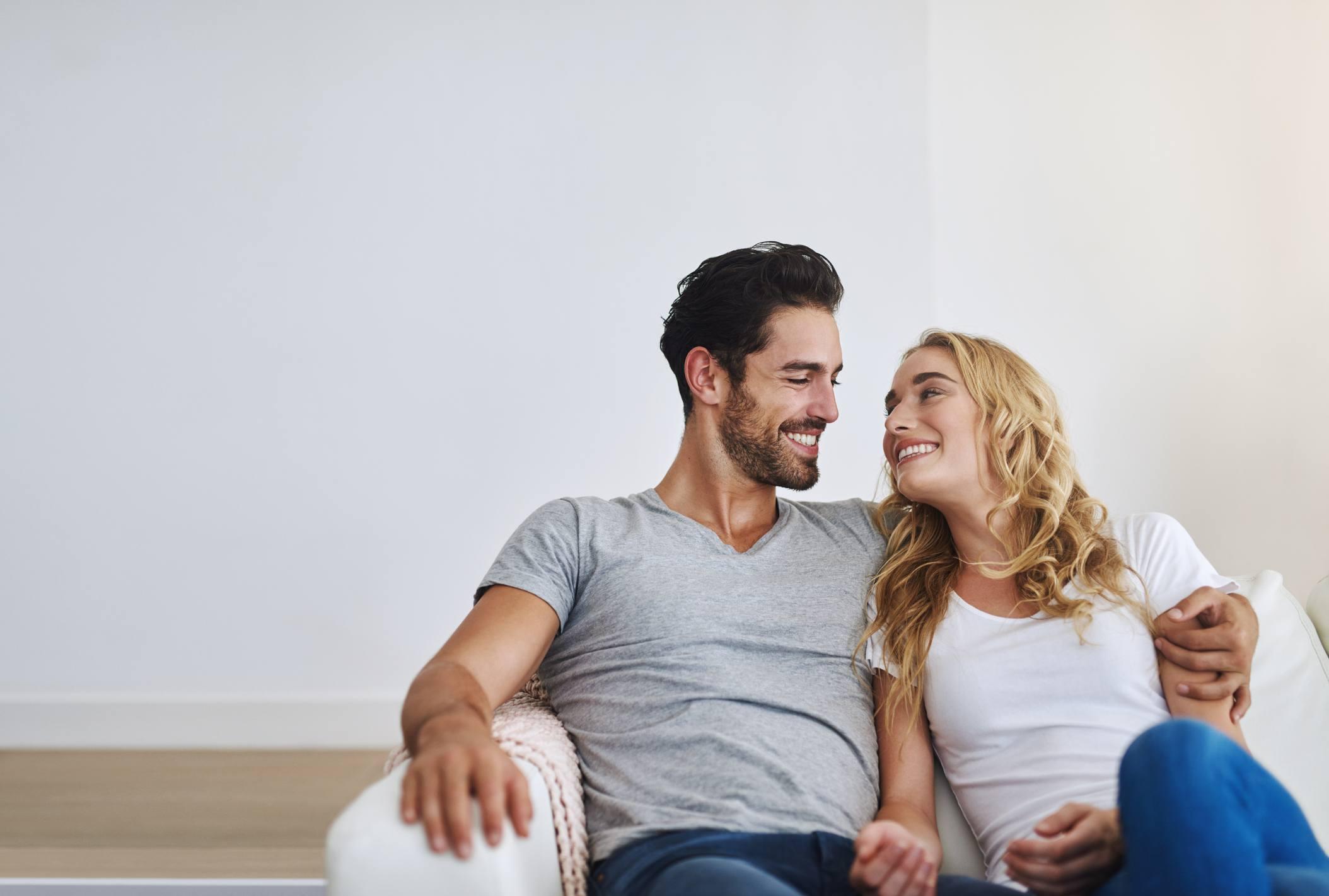 Mann og kvinne i sofa